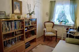 Makuuhuone/työhuone jossa oma vaatehuone.