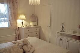 Myös toisen makuuhuoneen yhteydessä oma vaatehuone.