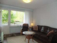 Olohuoneen lattiassa on laminaatti. Huoneiston pohjakuva päivittyy sivustolle 11.7.