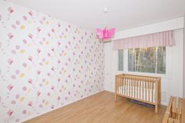 2. makuuhuone josta myös rauhalliset metsämaisemat.