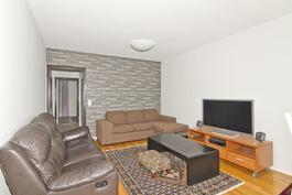 Olohuoneessa tilaa, valoa ja uusitut pinnat.