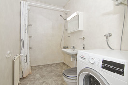 2009 remontoitu tilava kylpyhuone pesukonevarauksella.