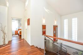 Ilmava aulatila houkuttelee kurkistamaan yläkerran tiloihin.