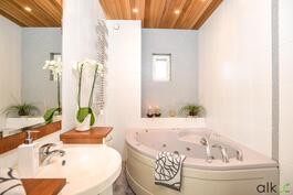Yläkerran kalustetussa kylpyhuoneessa on poreamme.