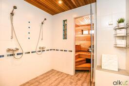 Kahden suihkun kylpytilassa on kaunis ja hillitty värikontrasti.