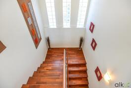 Upea portaikko johtaa yläkertaan