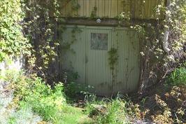 autotallin ovi, suojamuuri murtunut oik
