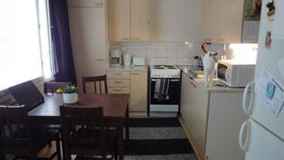Keittiö olohuoneesta kuvattuna