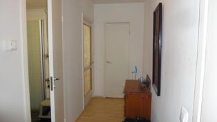 Eteiskäytävä makuuhuoneen ja vaatehuoneen suuntaan, etualalla vas. kph