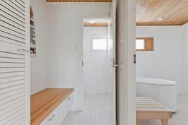 Pukuhuone pesuhuoneen ja wc:n yhteydessä