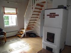 Olohuone ja isompi varaavista takoista, vasemmalla käynti parvelle ( hyvä toimistotila)