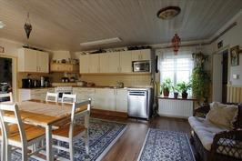 Siisti ja tilava keittiö