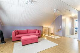 Yläkerran oleskelutila/makuuhuone
