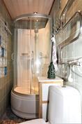 Moderni kylpyhuone yli satavuotiaassa talossa.