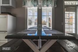 Keittiön ja olohuoneen välisestä ovesta käynti terassille