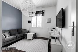 Makuuhuoneessa tehostemaaliseinä sekä kaapistot