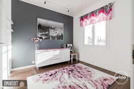 Makuuhuoneessa kaunis tehostemaaliseinä, huoneen yhteydessä vaatehuone