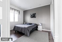 Kauniiden lasiovien takana sijaitsee talon kolmas makuuhuone, jossa liukuovikaapistot.