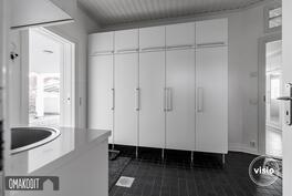 Käytännöllinen kodinhoitohuone mahdollistaa pyykkihuollon sujumisen. Integroitu silityspöytä.