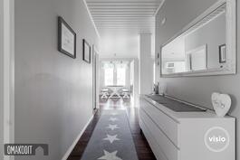 Näkymä keittiön ja olohuoneen suuntaan