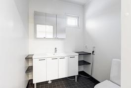 Iso erillinen wc yläkerrassa