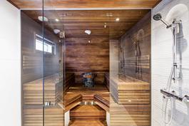 Upea täyslasiovinen sauna