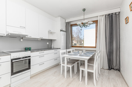 Tilava keittiö, joka remontoitu 2019