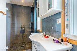 Kylpyhuone alakerran makuuhuoneen yhteydessä