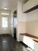 Kodinhoitohuone, toinen sisäänkäynti ja kurapiste