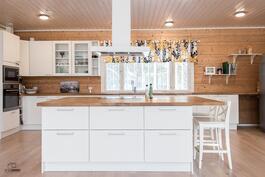 Keittiössä suuri saareke kotikokkia varten