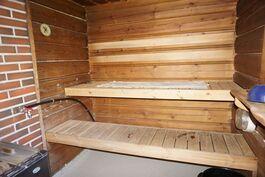 Mökissä tilava sauna