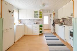 Keittiön jälkeen vasemmalla wc, oikealla kylpyhuone ja sauna. Takana olevasta ovesta käynti pienelle terassille.