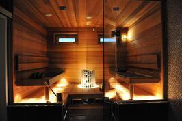 sauna iltavalaistuksessa