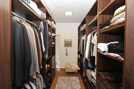1. makuuhuoneen yhteydessä, Walk-in-Closet
