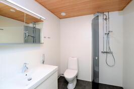 Avara wc/suihkutila kääntyvällä suihkuseinällä