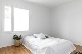 Toinen makuuhuone, jossa kaapistot ja vaatehuone