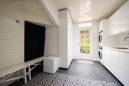 Pukuhuone on kodinhoitohuoneen yhteydessä
