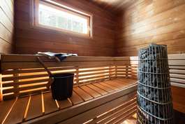 Valoisa sauna Harvian tornikiukaalla
