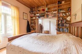 Kirjasto / Makuuhuonekäytössä nyt
