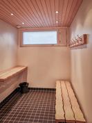 Taloyhtiön saunaosaston pukuhuone 2