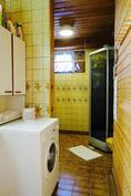 Pesuhuoneessa on talon toinen wc, suihkukaappi, pesukoneliitäntä ja hyvin tilaa pyykkihuollolle.