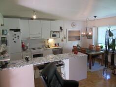 Talon toisen päädyn kaksiossa 2000-luvulla uusittu tyylikäs keittiö!