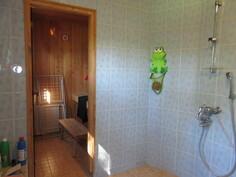 ... 2000-luvun alussa tehty laatoitettu kylpyhuone ja ...