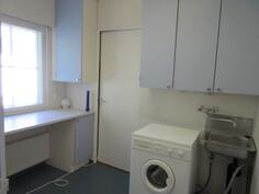 Päähuoneistossa myös asialliset ja kätevät kodinhoitotilat, josta suora yhteys vaatehuoneeseenkin!