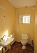 Talossa on useampia wc-tiloja, kuvassa toimistotilojen wc.