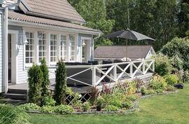 Kaunista ja helppohoitoista terassialuetta sulautuen puutarhaan.