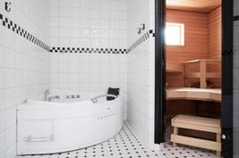 Sauna, suihkutila ja poreamme.