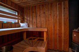 Puulämmitteinen sauna kellarissa
