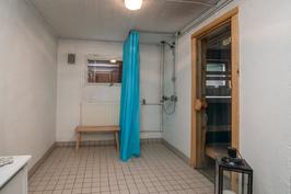 Kylpyhuone kellarissa (lattialämmitys)