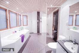 Upeat saunatilat, kylpyhuoneessa upotettu valkoinen amme